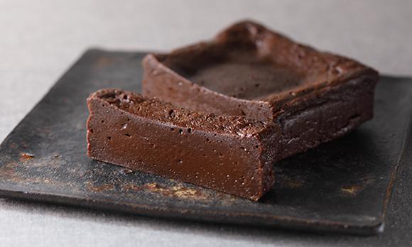 冷やすと生チョコ、温めるとフォンダンショコラ。温度によって食感が変わる濃厚ショコラ