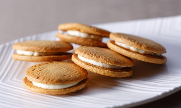 """""""至高のバニラ""""がふわりと香る、やさしい甘さのクッキーサンド"""