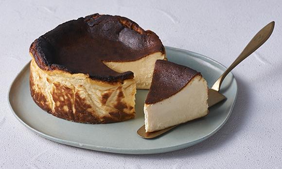 天然バニラビーンズをふんだんに使った、贅沢なバスクチーズケーキ