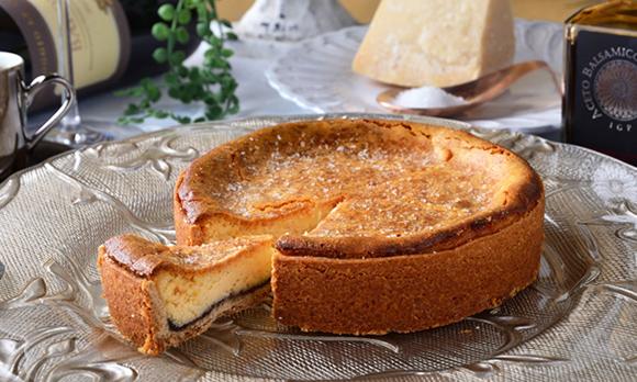 バルサミコ酢と赤ワインのソースをかけて楽しむ、オトナのチーズケーキ