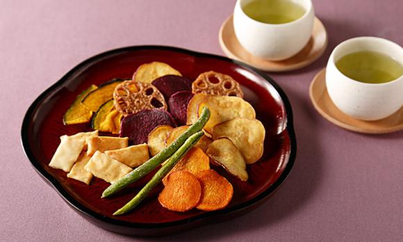 素材本来の甘みと旨みを味わおう。野菜チップスとおかきのミックス