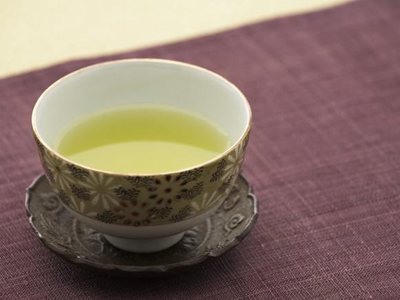 <POINT 2>お客様にお出しする際に、茶碗と茶たくをセッティング