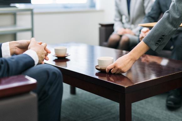 """【プロが教えるビジネスマナー】 """"お茶出し""""のキホン"""