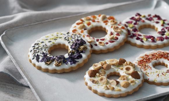 鮮やかな花で飾ったオーナメントクッキー