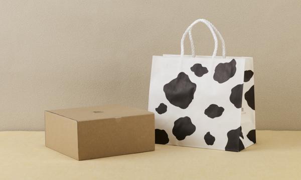 牛柄ロールケーキ 2本セットの紙袋画像